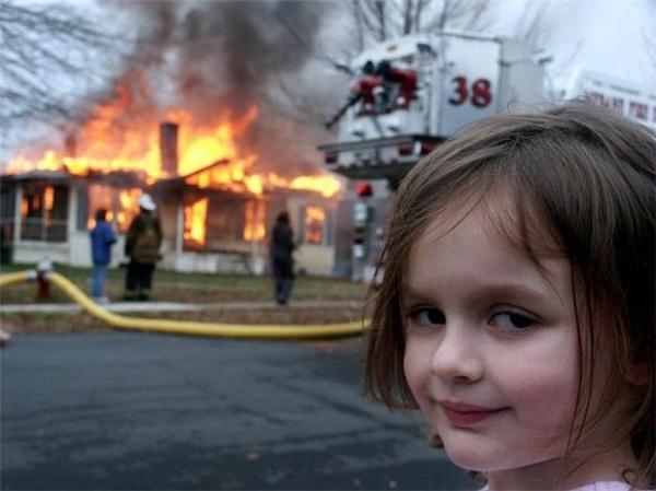 Bức ảnh huyền thoại:bé gái với biểu cảm nguy hiểm vô cùng đáng yêu.