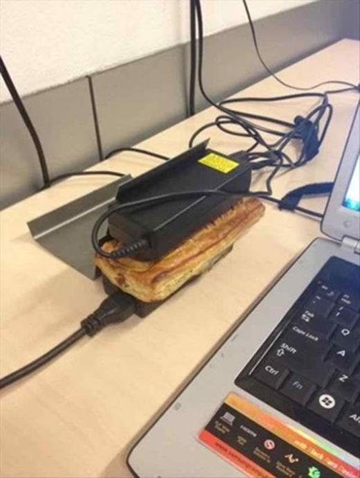 Đâu phải ai cũng biết cách dùng sức nóng của cục sạc máy tính mà nướng bánh thế này!