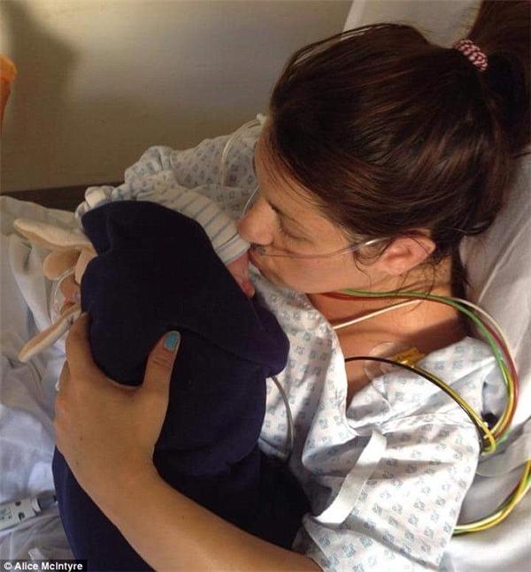 Lynsey ôm ấp, trao cho đứa nhỏ những nụ hôn ấm áp. (Ảnh Internet)