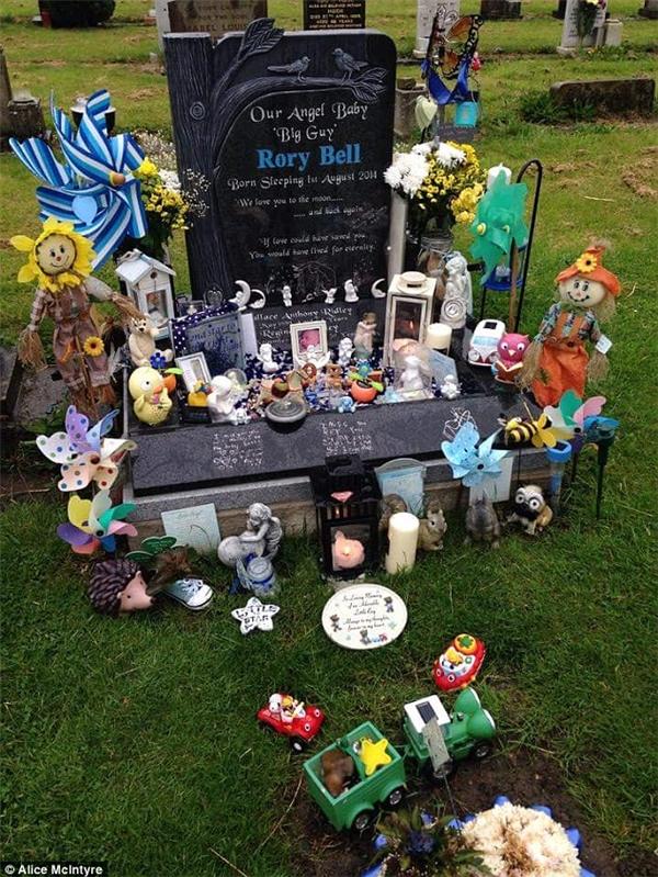 Gia đình chôn cất bé Rory ngay cạnh phần mộ của ông mình. (Ảnh Internet)
