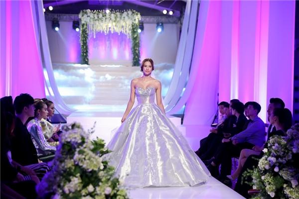 = Các thí sinh trình diễn váy cưới.