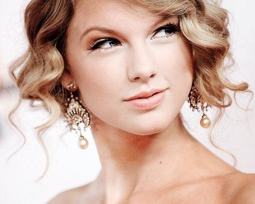 Taylor có một gương mặt rất tỏa nắng...