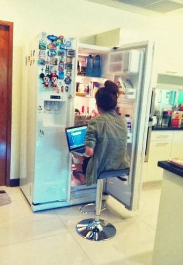 Vừa làm mát cơ thể, vừa giải nhiệt laptop, lại còn muốn ăn uống lúc nào tùy thích, thiên đường hạ giới chính là đây.