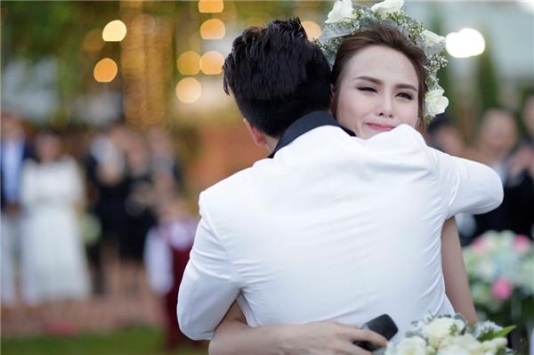 """Cuối năm 2015, hôn lễ của hoa hậuDiễm Hươngvà doanh nhânQuang Huy diễn ra trong sự chúc mừng của đông đảo bạn bè, người thân.Trong tiệc cưới,khi ông xã chia sẻ: """"Anh thương em rất là nhiều và thời khắc này là của hai chúng ta. Anh chỉ muốn nói một điều: """"Hãy là vợ của anh"""", Hoa hậu đã không kìm được nước mắt. - Tin sao Viet - Tin tuc sao Viet - Scandal sao Viet - Tin tuc cua Sao - Tin cua Sao"""