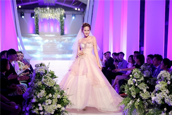 Các thí sinh catwalk với váy cưới. Đội Lan Khuê được khen ngợi nhiều nhưng lại không giành được chiến thắng.