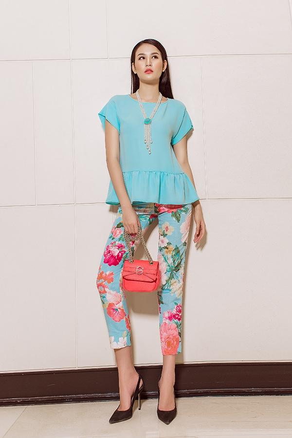 Cùng sử dụng sắc xanh và họa tiết hoa làm chủ đạo, Phan Hà Phương thả dáng trong chiếc váy rộng trẻ trung và quần âu phối áo xanh thanh mát, dịu nhẹ. Cô nàng mang đến nguồn cảm hứng của biển khơi, mây trời mùa hạ trong veo, nhẹ nhàng.