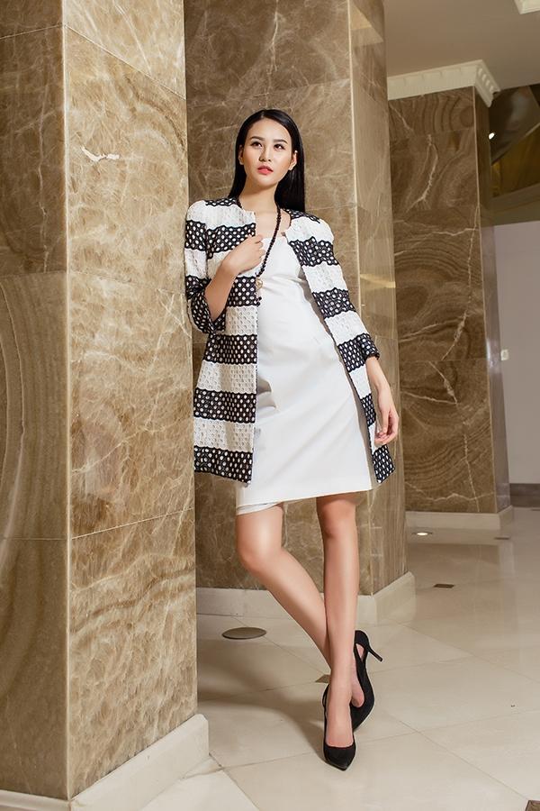 Váy phom rộng phối cùng áo khoác lửng cũng là một bộ đôi tuyệt vời cho những tiệc tùng nhẹ nhàng, sang trọng.