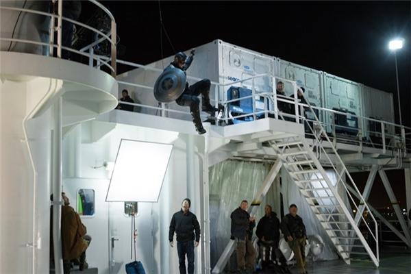 Các diễn viên phải thực hiện những cảnh hành động hay treo mình ở tầng cao, và họ luôn có hệ thống dây cáp hỗ trợ tối đa.
