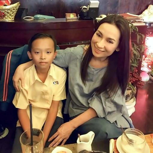 Trước đó không lâu,sau khi nhận Hồ Văn Cường làm con nuôi, nữ ca sĩPhi Nhung hứa sẽ chăm lo cho cậu bé chi phí học tập đến hết lớp 12.