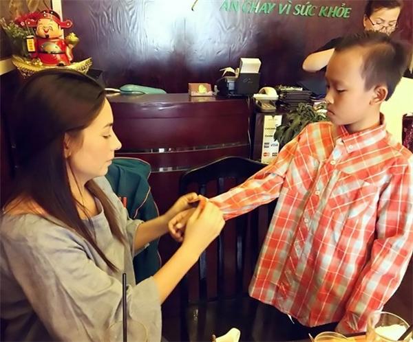 """Tuy nhiên, hiện tại bố mẹ """"cậu bé đám cưới"""" vẫn thu xếp hết công việc nên tạm thời Hồ Văn Cường đang sống cùng mẹ nuôi Phi Nhung."""