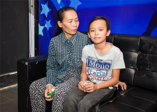 Bố mẹ Hồ Văn Cường sẽ cùng làm việc trong quán ăn của Phi Nhung.