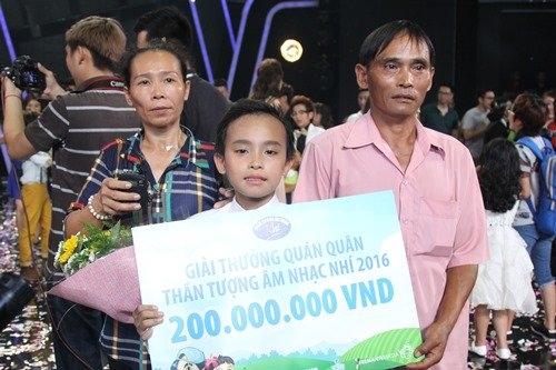 Gia đình Hồ Văn Cường hạnh phúc khi cậu bé nhận được giải thưởng cao nhất.