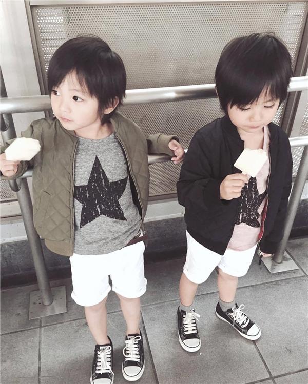 Hai cậu bé cực kìăn ảnh và rất giỏi diễn xuất trước ống kính, giúp mẹ cho ra đời những tấm ảnh nghệ thuật thu hút khách hàng.
