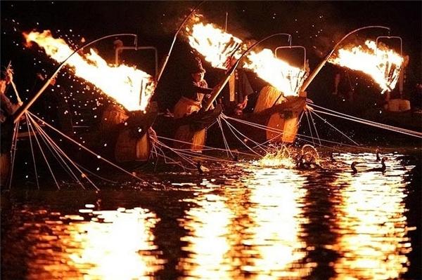 Khi bắt đầu công việc, ngư dân thu hút sự chú ý của bầy cá bằng cách chiếu sáng ngọn đèn trong giỏ kim loại treo lơ lửng trước mặt thuyền của họ.