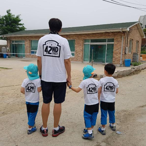 Bố Song dẫn cả ba đi đến buổi dã ngoại của đoàn nhạc kịch.