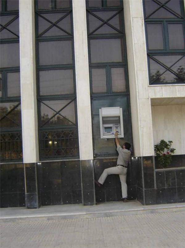 Tại anh quá lùn chứ không phải tại trụ ATM quá cao đâu.