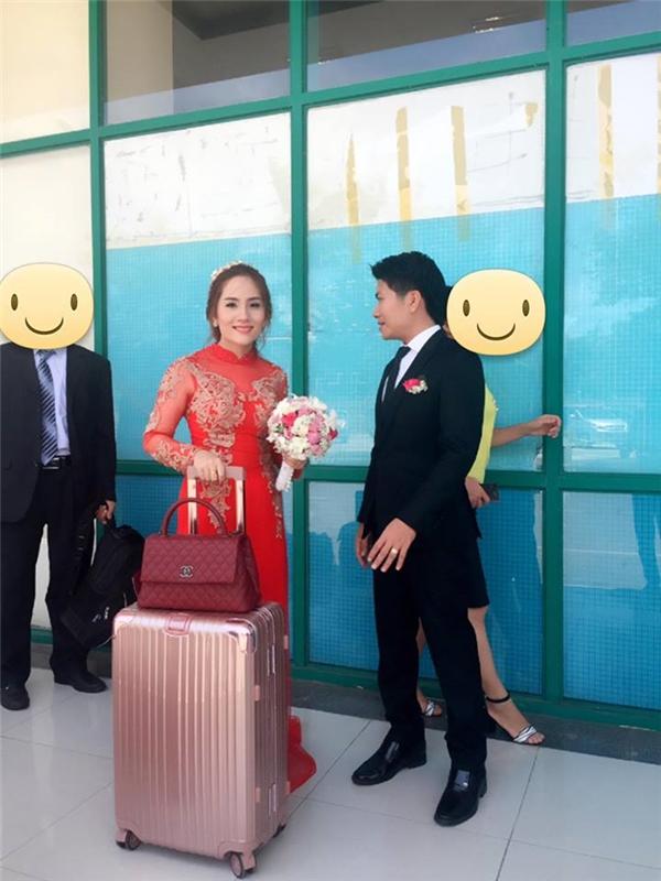 Cô dâu, chú rể và đoàn khách trên đường bay từ Quảng Ngãi ra Hà Nội để dự lễ cưới. (Ảnh:Internet)