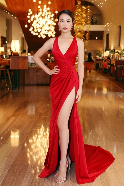 Bên cạnh sắc đỏ quyến rũ, bộ váy của Hoàng Thùy Linh còn gây ấn tượng bởi những đường xẻ sâu hun hút.