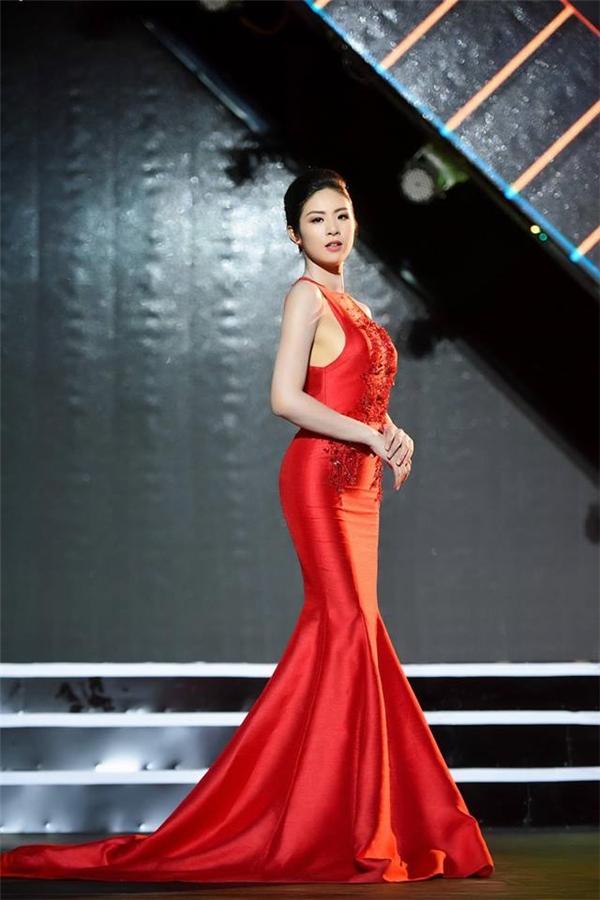 Ngọc Hân khoe trọn đường cong trên cơ thể khi diện dáng váy đuôi cá ôm sát với sắc đỏ nổi bật. Thiết kế được nhấn nhá ở phần ngực váy với chất liệu xuyên thấu cùng chi tiết đính kết đồng điệu.