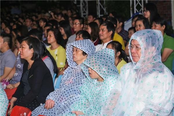 Nhiều khán giả đã đội mưa để theo dõi đêm nhạc Đàm Vĩnh Hưng. - Tin sao Viet - Tin tuc sao Viet - Scandal sao Viet - Tin tuc cua Sao - Tin cua Sao