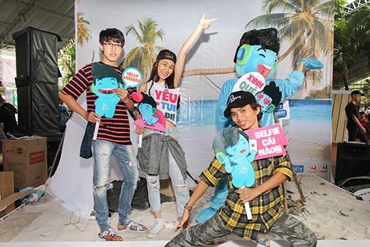 """Các bạn trẻ hào hứng """"pose"""" hình với Mr.Tuitại sự kiện. - Tin sao Viet - Tin tuc sao Viet - Scandal sao Viet - Tin tuc cua Sao - Tin cua Sao"""