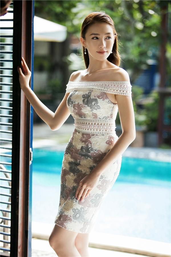 Dù sử dụng sắc xanh đen, tím trầm mặc hay xanh, hồng pastel ngọt ngào, Đỗ Long đều thể hiện được tư duy trộn phối màu sắc tinh tế, hiện đại và dám phá vỡ mọi nguyên tắc, sự an toàn trước nay.
