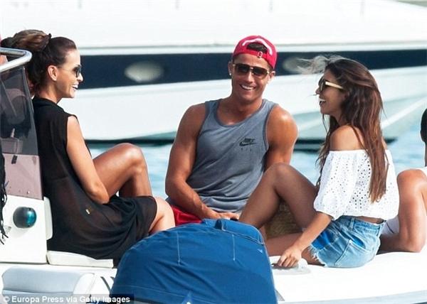 Cristiano Ronaldo đang được phép nghỉ ngơi sau khi giành chức vô địch Euro 2016 cùng ĐT Bồ Đào Nha. Trước đó, anh dành thời gian rảnh rỗi bên gia đình và bạn bè.