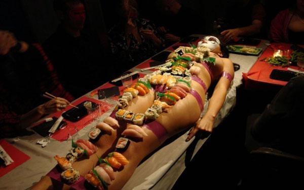 Làm người mẫu trên bàn tiệc có nhiều khó khăn và đầy rẫy thị phi.