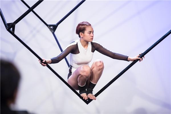 Trong thử thách chính, 18 thí sinh phải tạo dáng với những hình khối trên không. Khi bị treo người lên, các phần cơ cũng như chuyển động cơ thể đều bị hạn chế khiến họ cảm thấy áp lực và khó thể hoàn thành thử thách. Nhưng vẫn có một vài cái tên tỏ ra thích thú với phần thi khá mạo hiểm này.