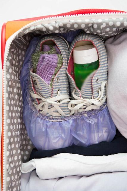 Hãy tận dụng khoảng không bên trong giày để cất tất hoặc các loại chai lọ mĩphẩm nhé.