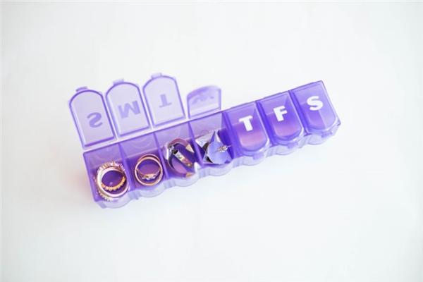 Luôn dùng hộp đựng thuốc ghi nhớ ngày để cất các món trang sức nhỏ như nhẫn hay hoa tai.