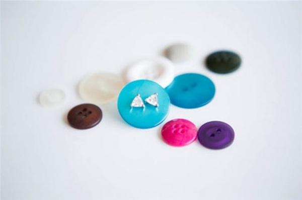 Đính hoa tai nhỏ vào nút cúc áo để cất thật gọn gàng và không bị thất lạc trước khi cho chúng vào hộp trang sức.