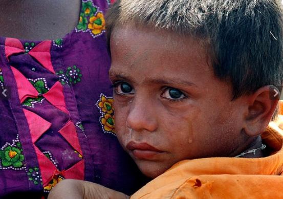 Cậu bé ôm mẹ bật khóc khi nhận được cứu trợ ở làngBago Daro.