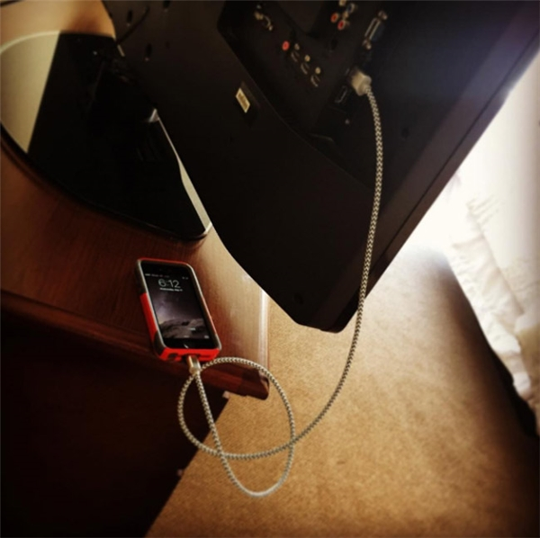Nếu đến khách sạn và phát hiện bạn quên mang ổ sạc, đừng lo. Hãy cắm dây usb vào cổng đằng sau TV trong phòng để sạc đầy pin cho chiếc điện thoại nhé.