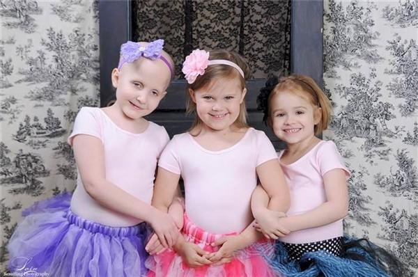 """Nụ cười xinh đẹp mà 3 đứa trẻ thể hiện trong bức ảnh như thay thế cho câu nói: """"Chúng cháu đã làm được""""."""