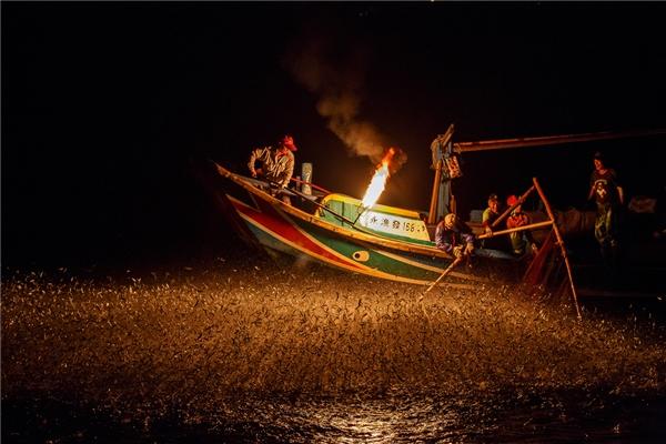 Bắt đầu từ 2gsáng, dòng sônglập lòe ánh đuốccủa những người đi đánh cá đêm. Thuyền làphương tiệnhiệu quảđược người dân đánh cá sử dụng.
