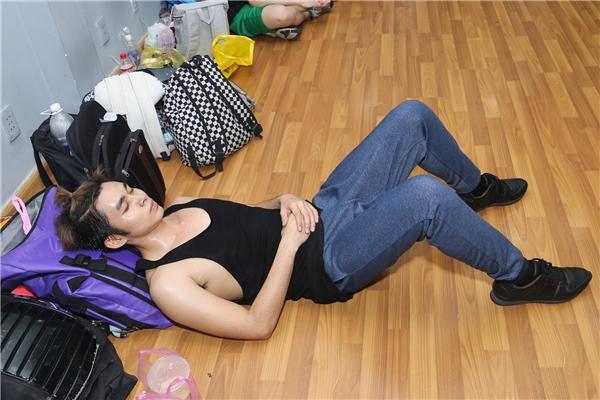 Jun ngả lưng ngay trên sàn tập khi các thành viên còn lại đang tập bài nhảy solo. - Tin sao Viet - Tin tuc sao Viet - Scandal sao Viet - Tin tuc cua Sao - Tin cua Sao