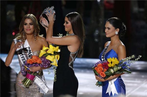 Ariadna Gutierrez (trái) trong sự cố trao nhầm vương miện Hoa hậu Hoàn vũ.