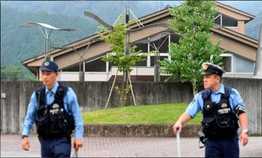 Cảnh sát Nhật canh gác bên ngoài hiện trường.