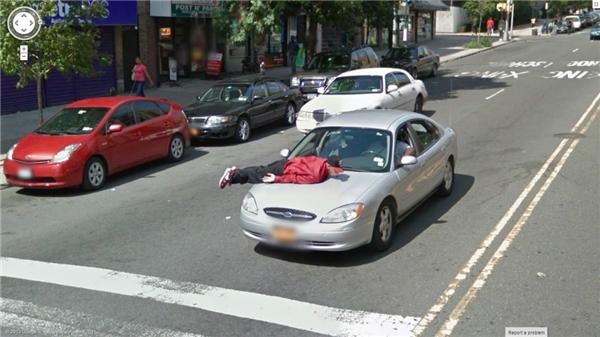 Hình như anh bạn tưởng nhầm chiếc ô tô là giườngnệm nhà mình thì phải.