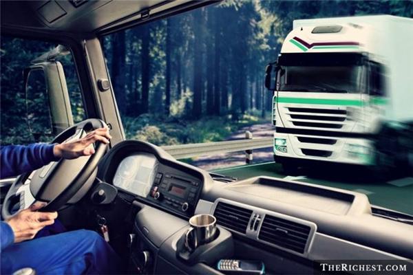 Lái xe tải đường dài là một trong những công việc tổn thọ nhất thế giới trên thế giới. Tại Mĩ, nghề lái xe tải chiếm 25% số ca tử vong liên quan đến nghề nghiệp.