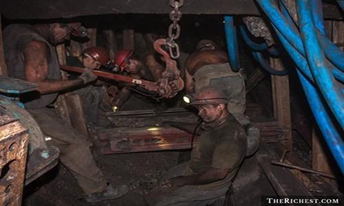 Do tính chất và môi trường làm việc nên thợ mỏđối mặt với nhiều rủi ro. Mỗi năm, bệnh phổi được cho là đã cướp đi sinh mạng của hàng chục nghìn người từng làm thợ mỏ.