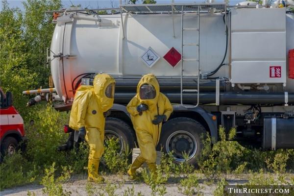 Những người làm nghề phải tiếp xúc với các loại hóa chất độc hại và phóng xạ thường bị ảnh hưởng sức khỏe nghiêm trọng nên tuổi thọ thường không cao.