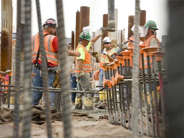 Các công nhân xây dựng phải đối mặt với nhiều rủi ro trong công việc.