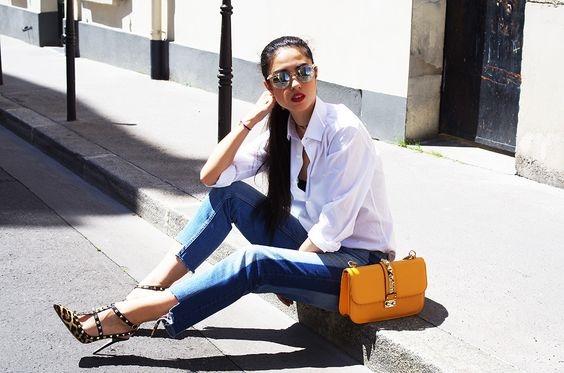 Áo sơ mi trắng kết hợp với quần jeans lỡvừađơn giản vừa nổi bật.