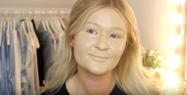 Gương mặt cứng đờ như tượng sáp sau 100 lớp kem nền. (Ảnh: Internet)