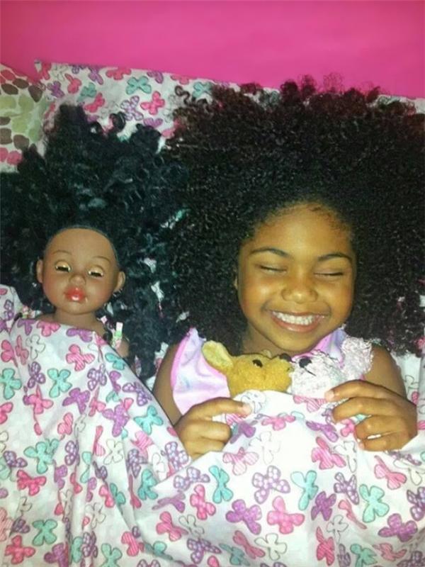 Mái tóc xù mì giống nhau thế này thì đích thị là chị em ruột rồi.
