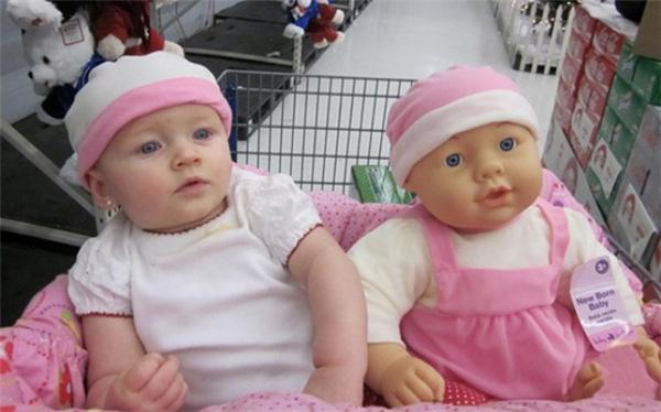 Ai nhìn không rõ sẽ nghĩ ngay là hai chị em song sinh được bố mẹ dẫn đi mua sắm đấy.