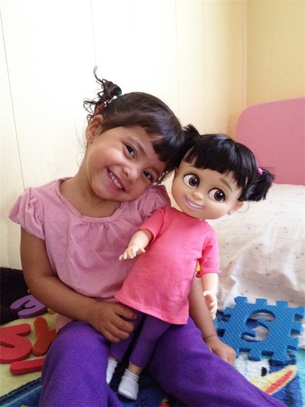 Hóa ra cô bé xinh xắn này là phiên bản ngoài đời thật của bé Boo.