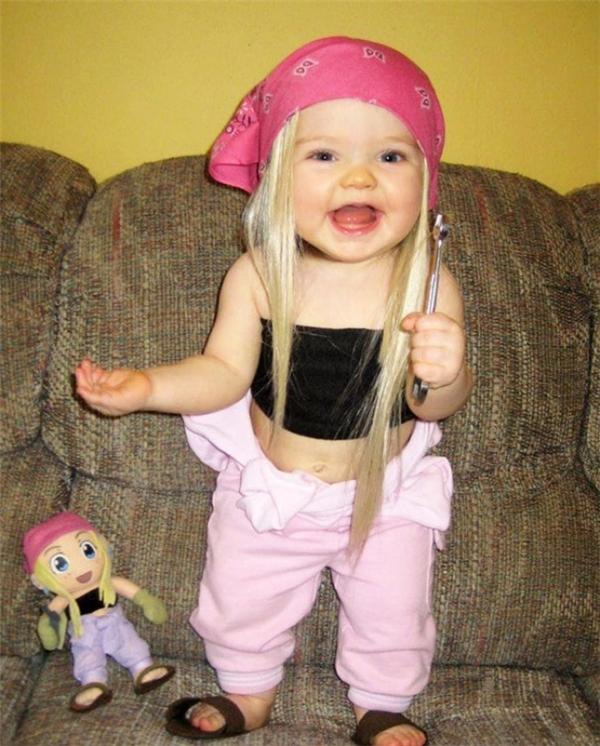 Cô bé dễ cưng này trông có vẻ cực kìhớn hở khi được phục trang giống em búp bê của mình.